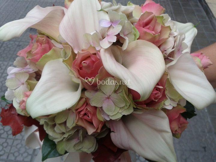 Calas, rosas y hortensias