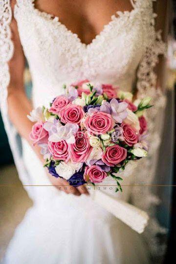 Rosas, fresias y lisiantus