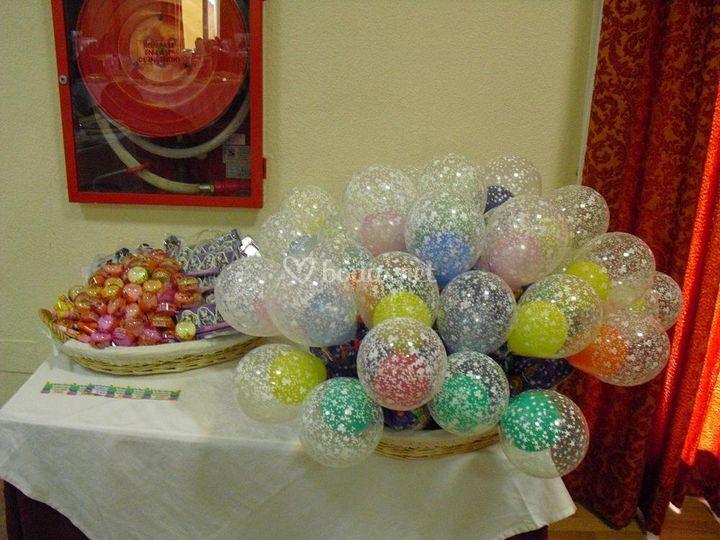 Paquetes de chucherias con globos y regalitos