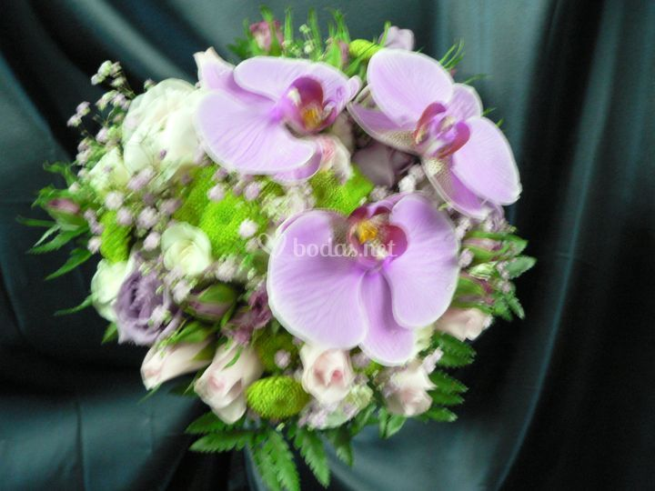 Ramo rosas con orquídeas