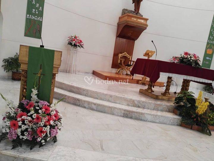 Detalles florales en iglesia