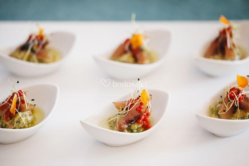 Anchoa ahumada con guacamole y caviar de tomate