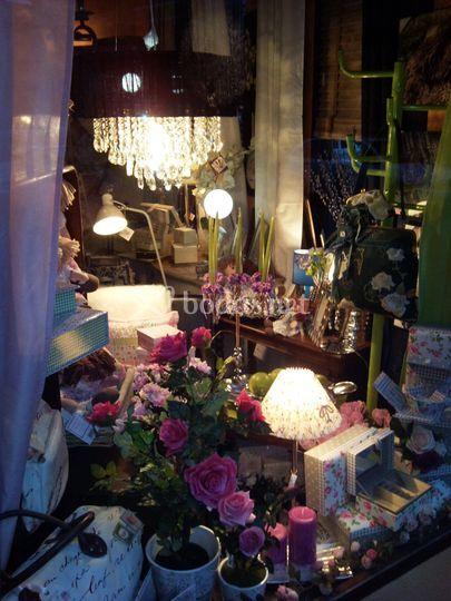 Escaparate: lámpara, flores, regalos