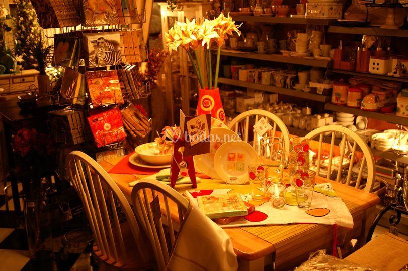 Conjunto de mesa y sillas. Interior tienda