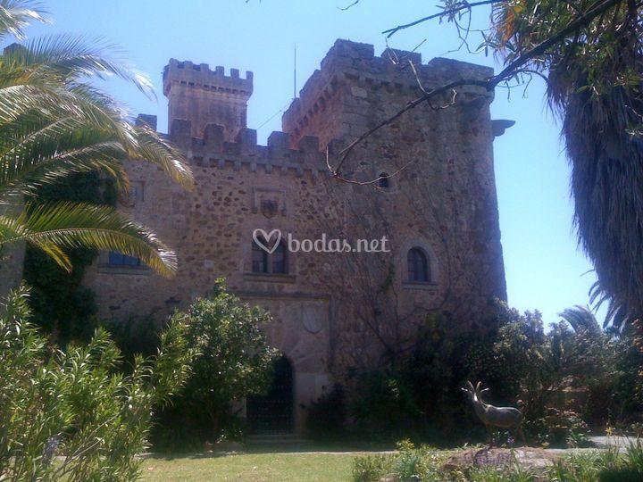 Vista del castillo con la escultura del antílope