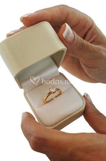 Anillo de oro de 18k y diamante