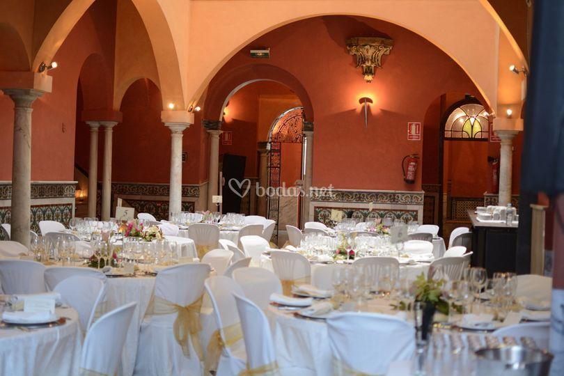 Salón preparado para el banquete
