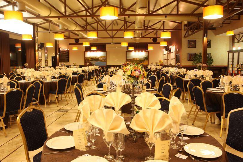 Salón con mesas decoradas