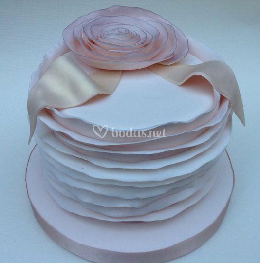Tarta rosa pálido y dorada