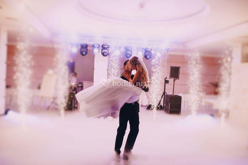 Cogiendo a la novia en brazos