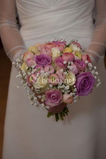 Bouquet con rosas y ranúnculos