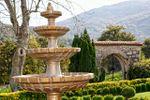 Fuente y arco de piedra