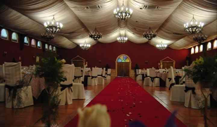 Salón decorado en blanco, negro y rojo