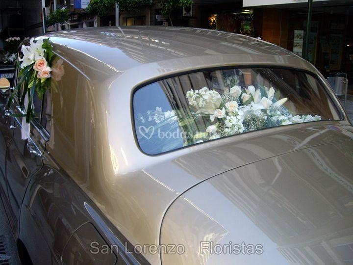 Coche nupcial con flores