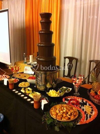 Mesa dulce y fuentes de chocolate