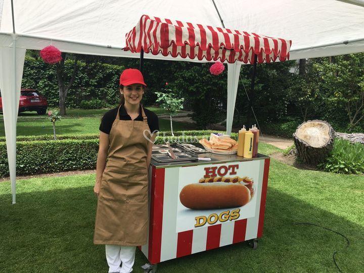 Carrito de hot dog con persona