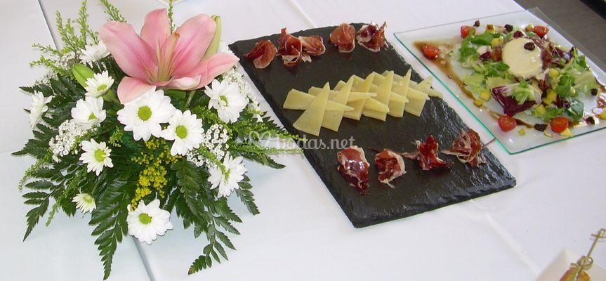 Detalles de flores y platos