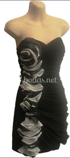 Vestido corto negro flores blancas
