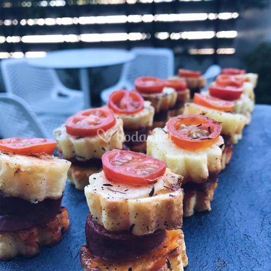 Pincho de patata con chorizo y tomate