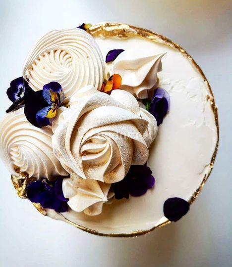 Tarta decorada con merengues