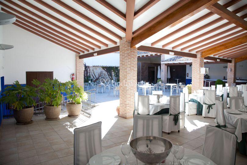 Terraza de verano para cóctel boda y baile con barra libre