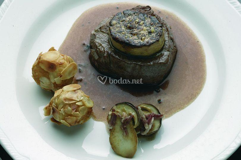 Solomillo al foie con salsa de trufas y patatas de almendras