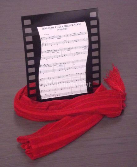 Detalle invitados con pañuelo rojo