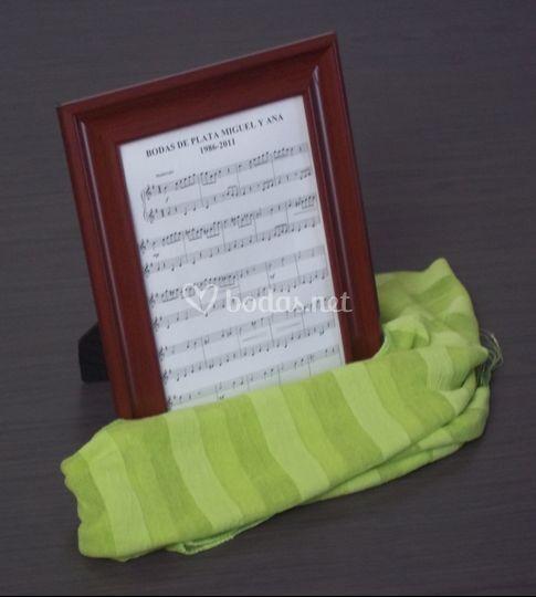 Detalle invitados con pañuelo verde
