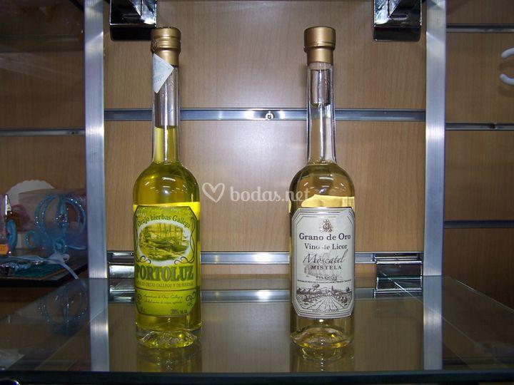 Botella de orujo.2´60E  Botella moscatel 2´40E  Presentacion a elegir y tarjetita grabada incluida