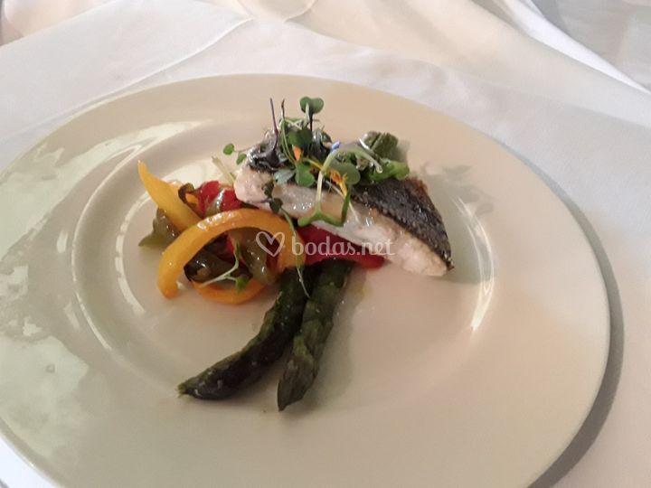 Lubina con crujiente de verduras