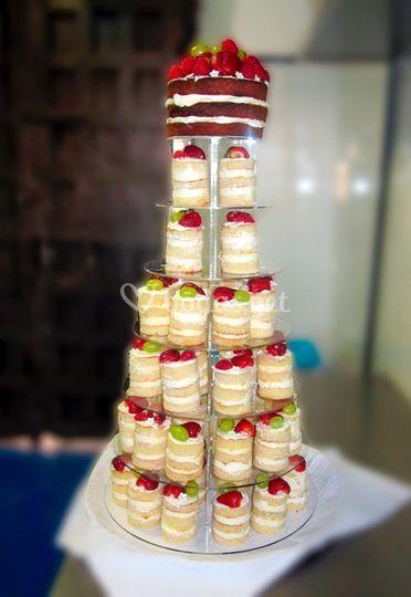 Torre con tarta y mini tartas