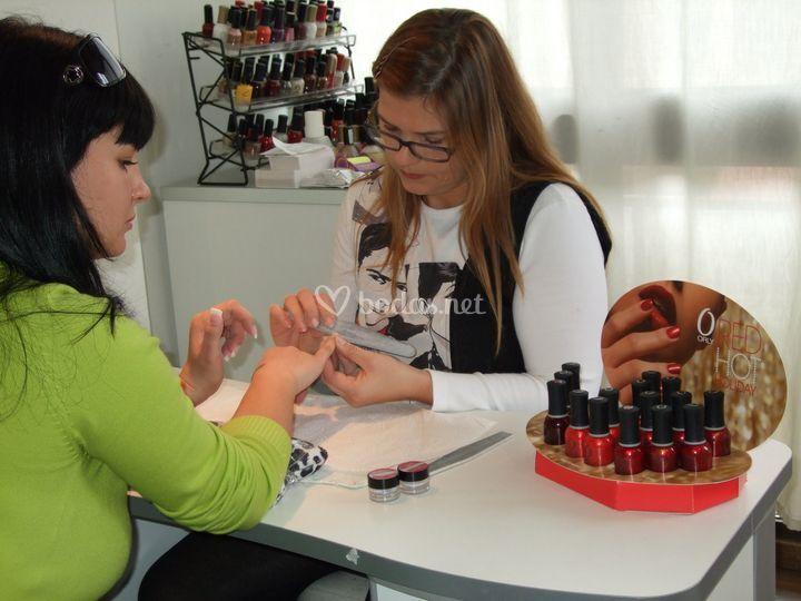 Trabajando en sala de uñas