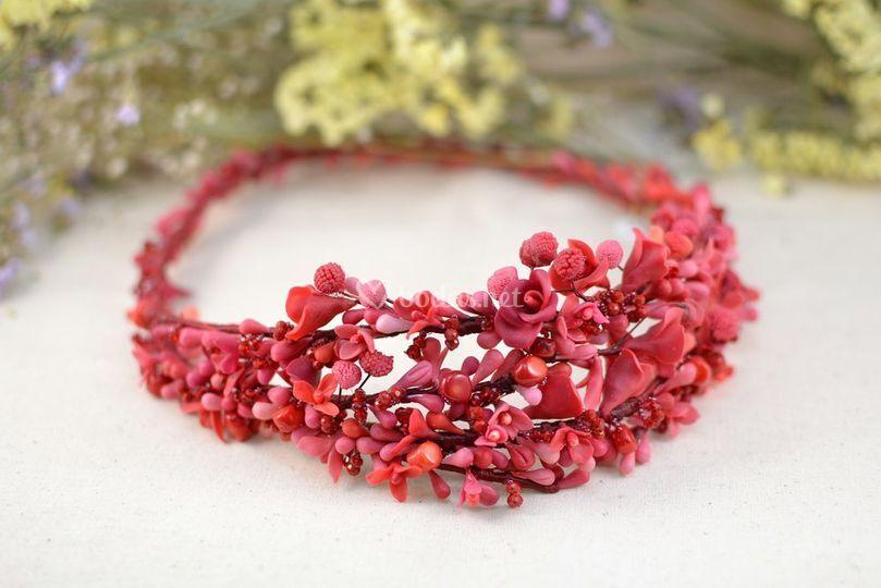 Corona de flores y frambuesas