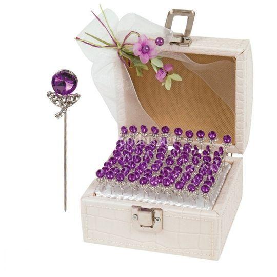 Alfileres para novia, con ideal presentación en baul de piel blanco, decorado con lazo. el precio incluye 100 alfileres con cabeza lila.