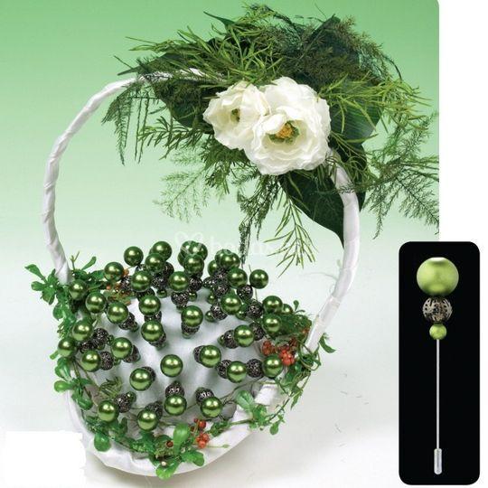 Cesta de alfileres verde. Contiene 50 alfilres con cabeza verde y cesta decorada.
