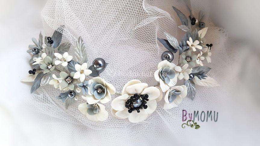 Tocado con flores grises