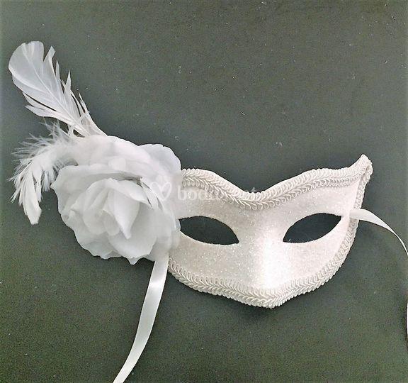 Mascara de bodas con flor