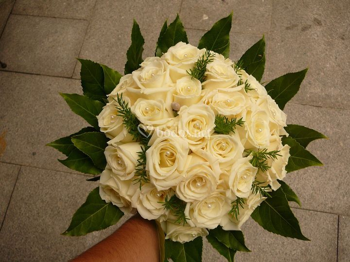 Ramo básico con rosas blancas