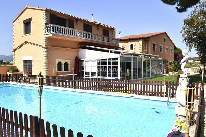 Jardín muy amplio con piscina