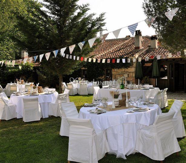 Mesas Blancas en el jardin
