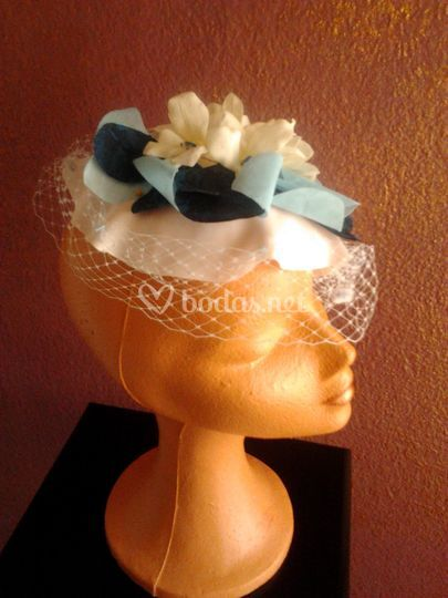 Tocado estilo sombrerito con tul en azul claro