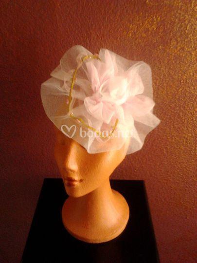 Tocado para novia de tul en rosa y blanco con pasamaneria de florecitas