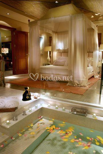 Dormitorio y jacuzzi en Villa
