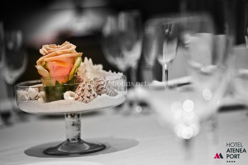 Centro de mesa, rosa y mar.