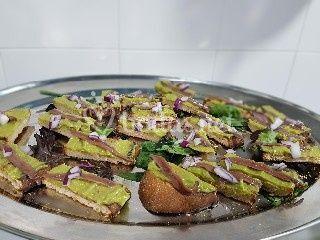 Tostas de Anchoa con guacamole y cebollita picada