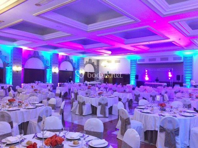 Salón para bodas con iluminación
