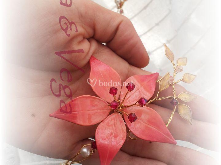 Tiara con flor rosa