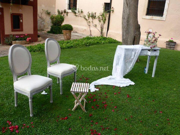 Mesa y sillas para los novios
