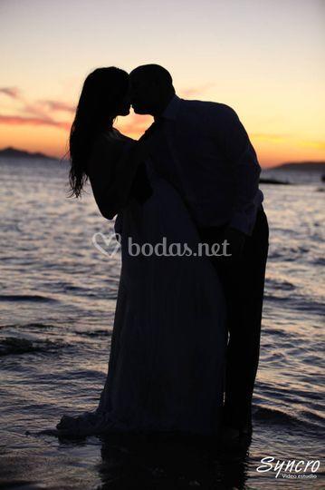Beso con puesta de sol