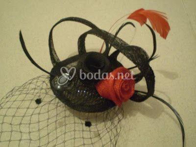 Tocado con rosas negra y roja
